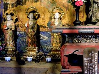Mỗi bức tượng đều có một cái chén, có thể là để thưởng trà