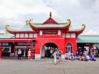 Красочная станция Катасэ-Эносима линии Одакю. Также на Эносиму можно попасть с одноименных станций линии Эноден и монорельса.