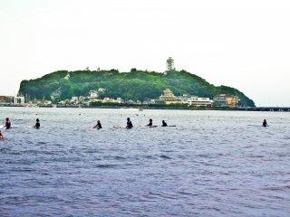 Температура падает, но самые упорные серфингисты хотят использовать все светлое время суток до начала фестиваля.