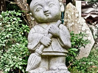 Located close to the cable car entrance you will see the first of many 'friendly looking' statues like this one which interestingly, is holding a sweeping broom