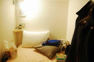 Terdapat 2 bantal, lampu baca, colokan, gantungan dan hanger, serta selimut hangat.