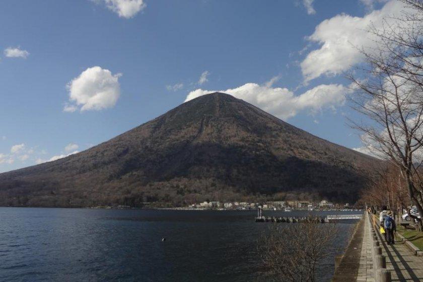 Puncak Gunung Nantai di atas danau yang indah ini