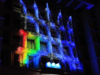 Iluminasi di pintu masuk dari Kantor Kota Osaka