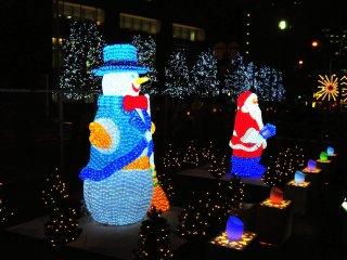 Boneka salju dan Santa Claus semua berpakaian sesuai kegiatan