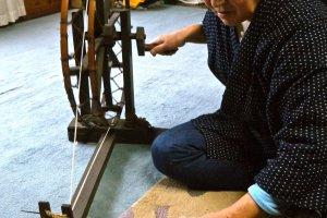 Girando o algodão transformando-o num fio
