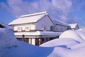 Casa de aldeia coberta de neve