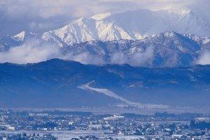A neve de inverno cobre as montanhas que nos rodeiam