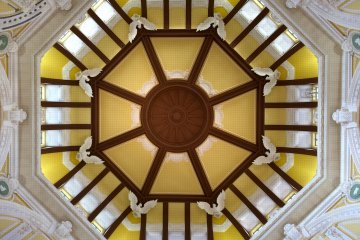 <p>Tokyo Station southern rotunda is comprised of&nbsp;octagonal corners with plaster reliefs of eagles and zodiac signs.</p>