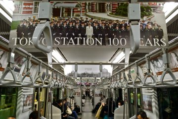 <p>Yamanote loop line train decorated in homage to Tokyo Station 100th Anniversary</p>