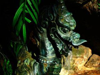 那智の大瀧に祀られた鳥居傍の手水舎の龍
