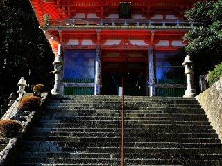 熊野那智大社に並列する西国三十三所一番札所の青岸渡寺(せいがんとじ)