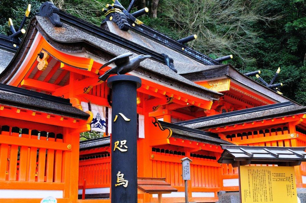 神話の世界で神武天皇のもとに遣わされ、熊野から大和への道案内をしたとされる八咫烏(やたがらす)