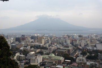 <p>Sakurajima cubierto de nubes tal como se ve desde el puesto de observaci&oacute;n Shiroyama, Kagoshima</p>