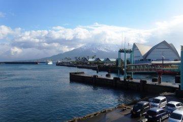 <p>Sakurajima cubierto en una rara nevada, como se ve desde el puerto de Kagoshima</p>