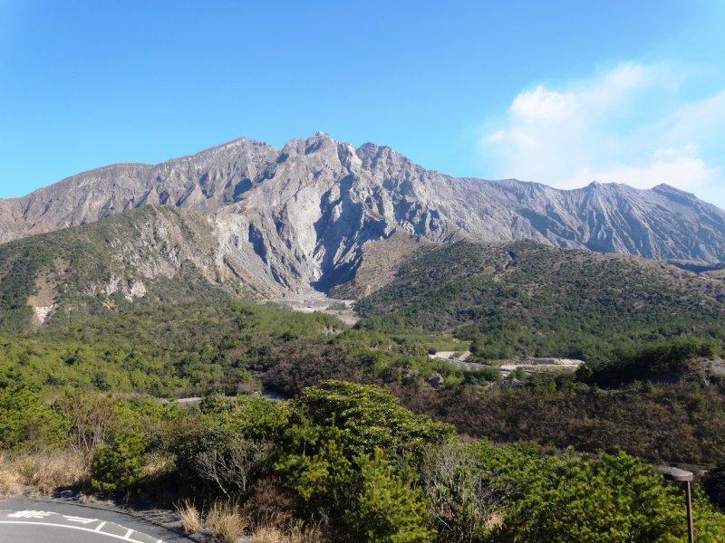 <p>Sakurajima es claramente visible desde el punto de observaci&oacute;n m&aacute;s alto del volc&aacute;n</p>
