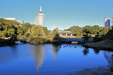 <p>Enjoy the view of Shouraitei teahouse from Sandy Beach</p>