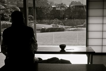 <p>Inside Shouraitei teahouse and the view. Enjoy a cup of tea &amp; confection for 500yen.</p>