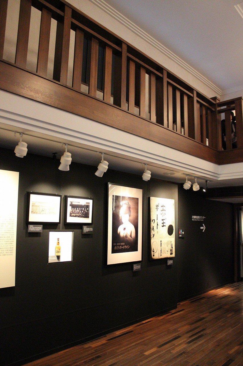 Suntory創業の歴史がパネルで紹介されている。左前方からミュージアムに入って行く