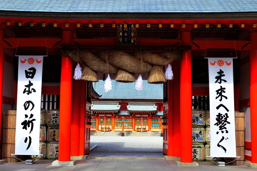 入口大鳥居をくぐり、石畳の道を進むと真っ赤な神門が現れる