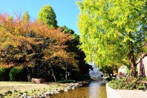 Suara air yang mengalir jernih, daun-daun musim gugur bergerisik, dan birunya langit. Apakah masih ada yang kurang?