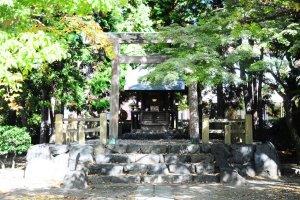 Kuil Nitto, satu-satunya kuil yang berada di dalam Noritake Garden ini