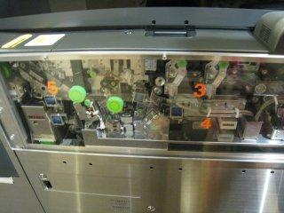 Внутренняя часть турникета метро. Какой бы стороной не поместить бумажку в турникет, она через 6 секунд выйдет определённой стороной.