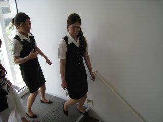 Милые девушки,работающие в выставочном зале провожают нас в одного этажа на другой.