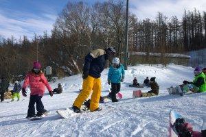 준비 중. 요즘은 스키 타는 사람들 보다 스노우 보드 타는 사람들이 더 많아 보인다.