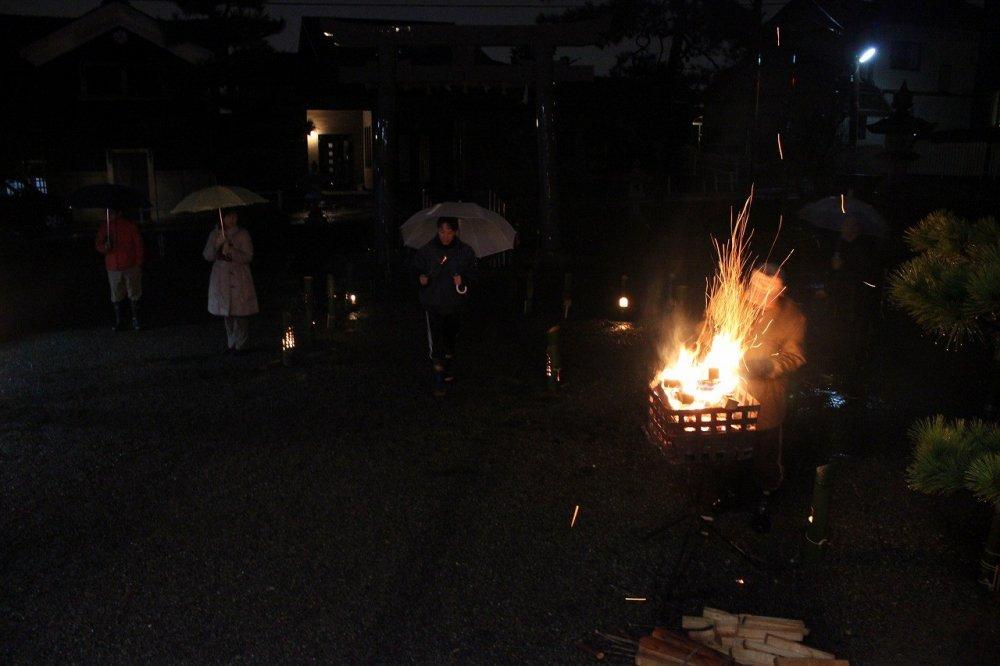 黒龍神社の本堂前にはかがり火がたかれている