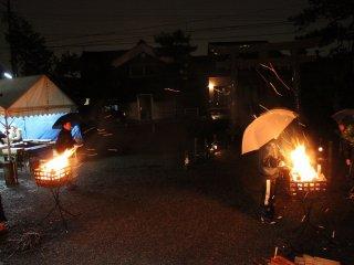 鳥居から本堂までの参道脇には手作りの竹筒の灯籠が足元を照らす