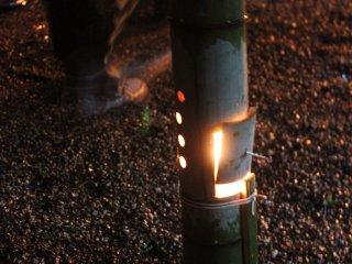 生の孟宗竹(もうそうだけ)でこしらえた手作り灯籠。中はろうそくだ
