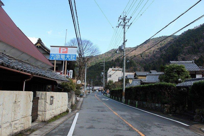 京都駅発国際会館経由の大原行きバスに乗って、九頭竜大社前で下車する。バス停から見える大社