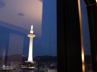 ディナータイムには京都タワーが宵闇の中にくっきりと浮かび上がっている