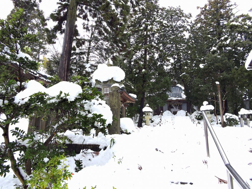 Лестница к храму Тайтёдзи, покрытая снегом