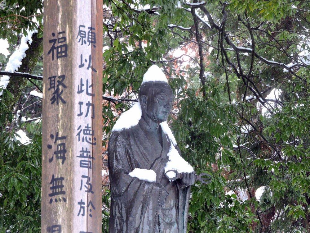 Памятник вероучителю Тайтё под шапкой снегов и тишина