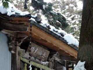 Снег с дождем льет на крышу главного храма