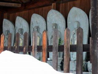 타이쵸지 사원의 입구에 있는 여섯 개의 지조 동상. 눈 앞에 산을 보아라!
