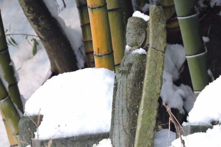 รูปปั้นจิโซะท่ามกลางหิมะที่วัดไทโชะจิ