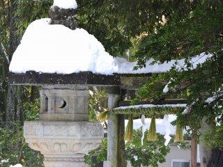 눈덮인 석등을 앞세우고 카논 신전 삼십삼관음 성지 순례로 로 이어지는 석조문