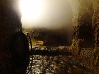 동굴은 언덕 꽤 깊숙히까지 들어가며 군데군데 옆으로 빠지는 터널도 있다.