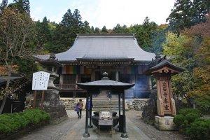 Le premier temple que j'ai visité est Yama-dera. Monter jusqu'au sommet de la montagne est un défi qui en vaut le coup