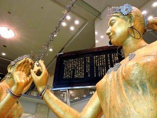 Escultura dourada exposta na entrada