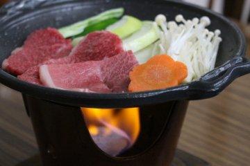 샤쿠나게에서 여러분 바로 앞에서 요리된 히다규 소고기