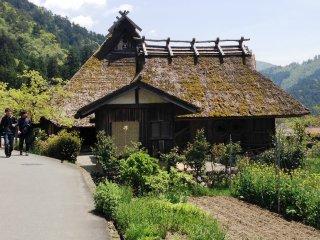 Đi dạo quanh những con đường chủ yếu dành cho người đi bộ của làng Miyama