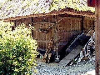 Dụng cụ làm nông cũ và túp lều bằng gỗ ở Miyama