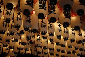 paper lanterns at Hozenji
