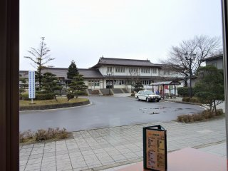 Станция JR Фунаока видна из кафе отеля Harada in Sakura