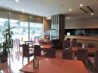 Pemandangan di dalam kafe Hotel Harada di Sakura