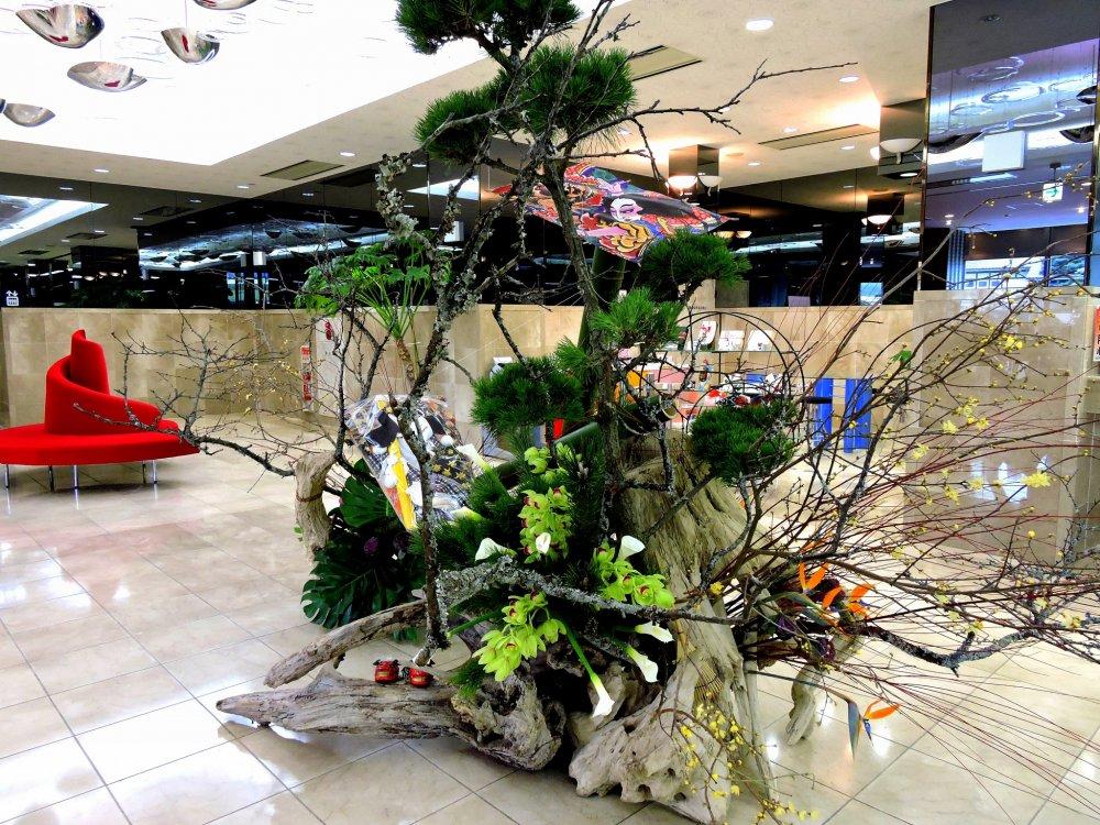ホテル原田inさくらロビーに飾られた豪華な正月飾り