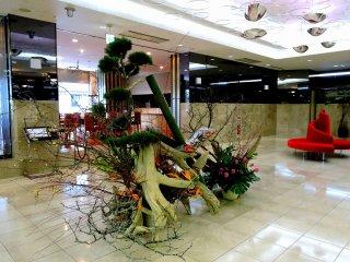 ホテルフロントカウンターからロビーを眺める。お正月飾りの向こうに見えるのがカフェだ。